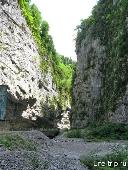 Абхазия. Ущелье по дороге к озеру Рица.