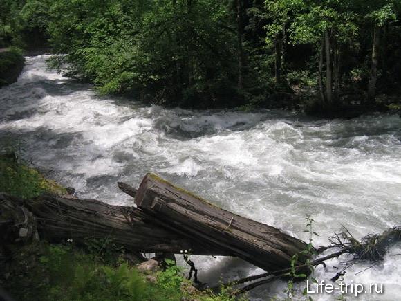 Абхазия. Река Бзыбь, по дороге к озеру Рица.