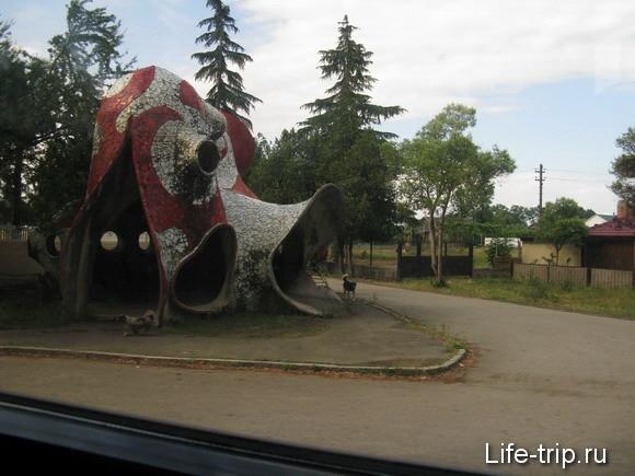 Абхазия. Автобусная остановка. Творение Зураба Церетели.