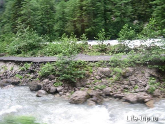 Абхазия. Остатки дороги.