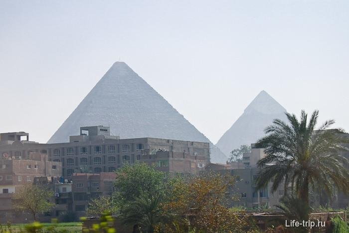 Вид из Каира на древние пирамиды.