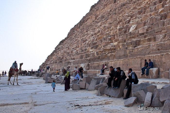 У подножия пирамиды Хефрена.