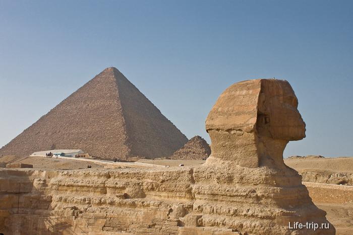 Большой Сфинкс и пирамида Хеопса.