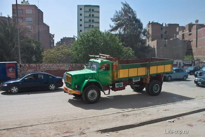 Машина с веслой раскраской. Египет. Каир.