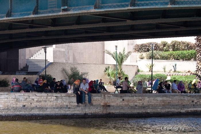 Река Нил. Кафе под мостом.