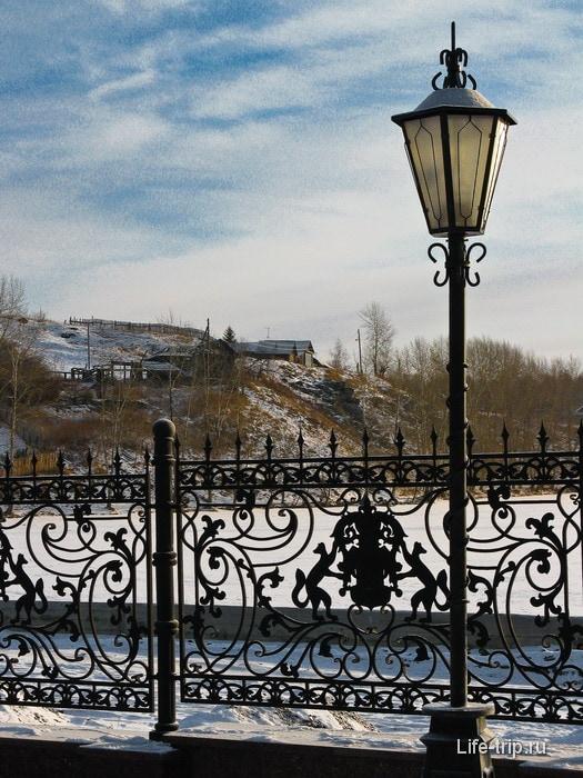 Провинциальный пейзаж рядом с падающей башней