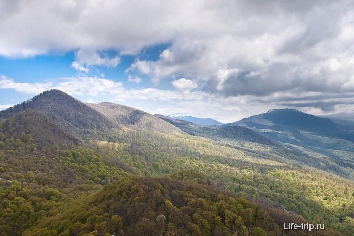 Вид на горы Кавказа с горы Два брата. Вдали гора Семиглавая.