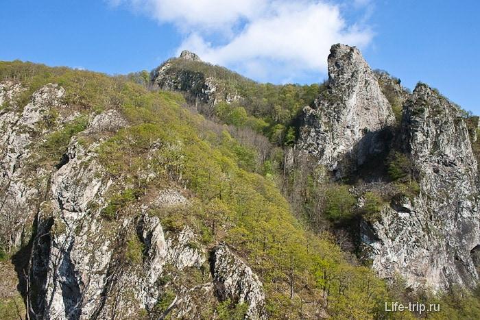 Вид на гору Два Брата с другой стороны.