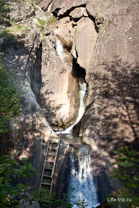 Самый нижний водопад. Облагороженный, с лестницей.