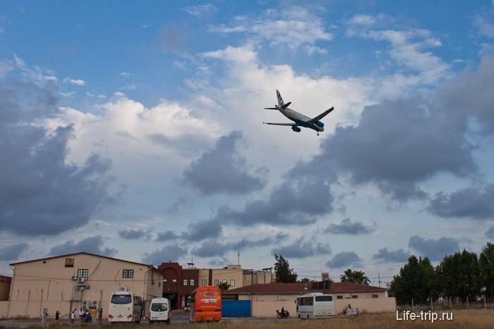 Самолеты над магазином. Анталия.