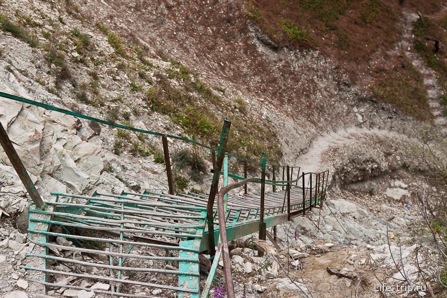 Лестница около кемпинга Сосновая роща