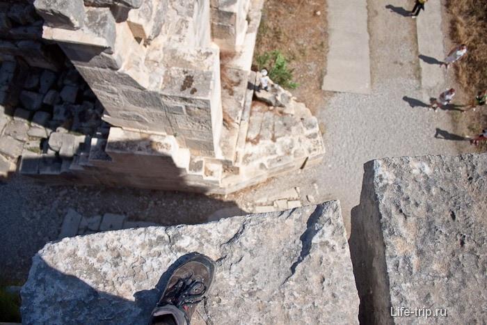 С высоты амфитеатра смотрим вниз и боимся.