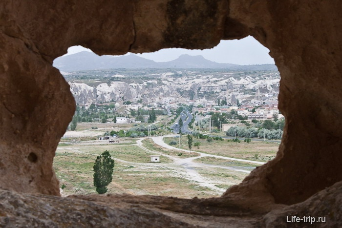 Вид на деревню Гёреме из окна каменного дома.