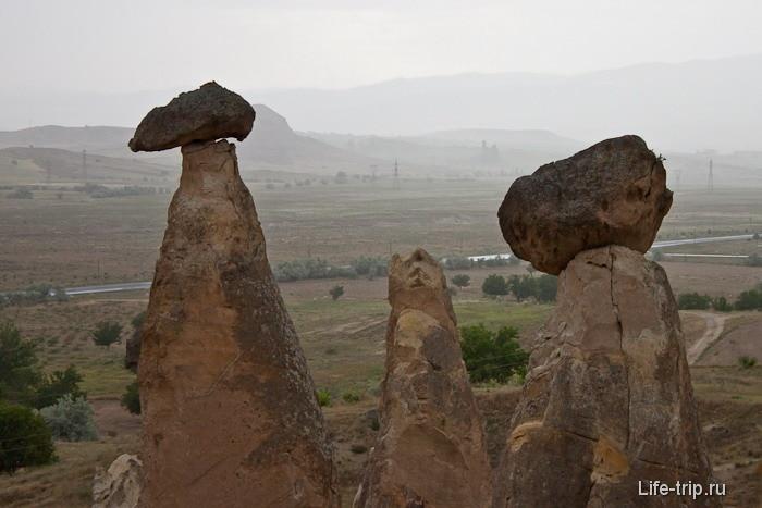 Останцы с камнями наверху.
