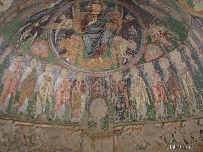 Иконы на стенах каменного храма.