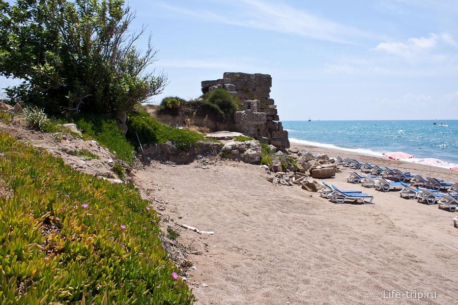 На пляже руины