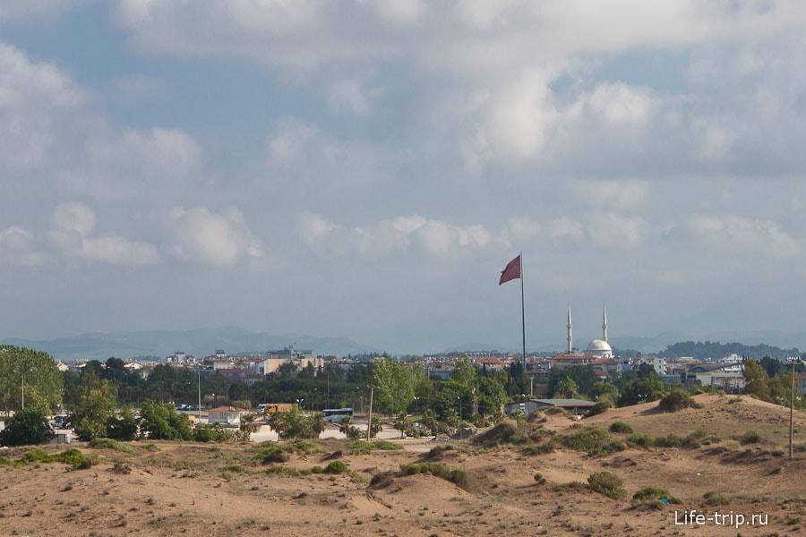 Вдалеке флаг и мечеть