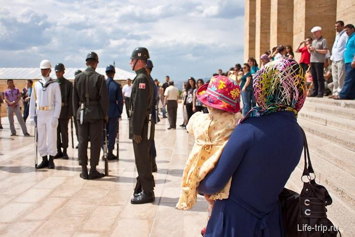 Смена караула в мавзолее Ататюрка. Турция.
