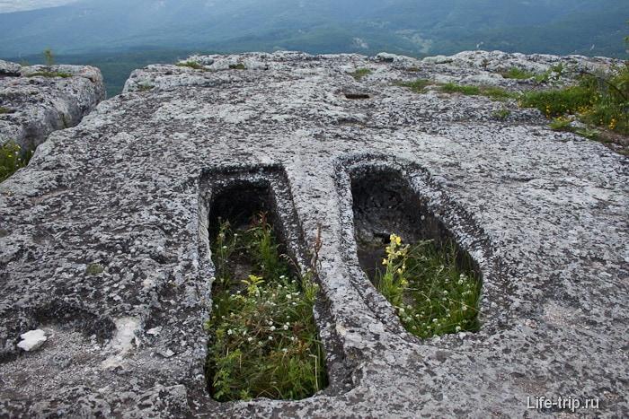 Могилы в пещерном городе Мангуп-Кале. Крым.