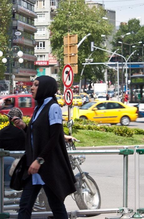 Модная турчанка в хиджабе.