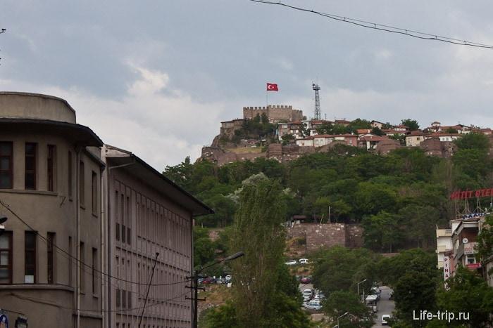 Флаг на верхушке старого города Анкары.