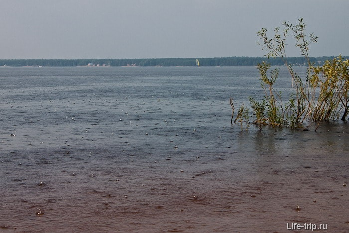 Ливень на озере Волго.