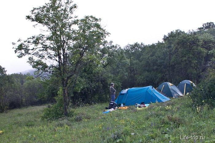 Наш лагерь на склоне недалеко от стоянки Ай-Димитрий.