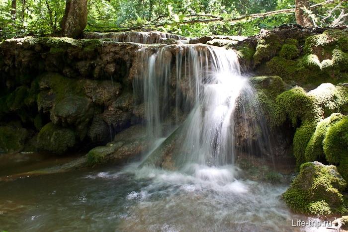 Около водопада Серебряные струи
