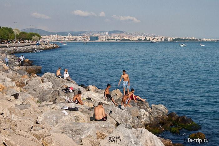 Пляж в центре города Стамбула.