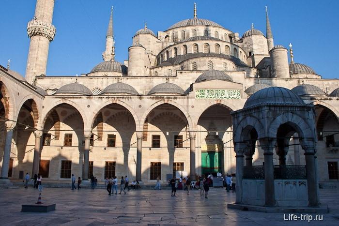 Султанахмет (Голубая мечеть) в Стамбуле.