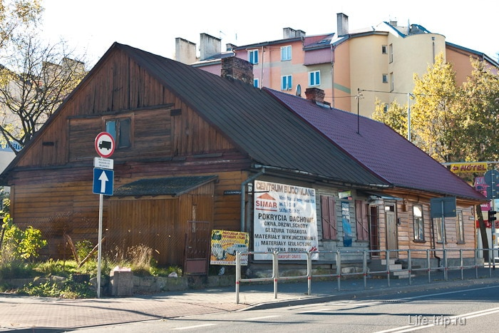 Довольно часто в Польше встречаются и старенькие потрепанные домики