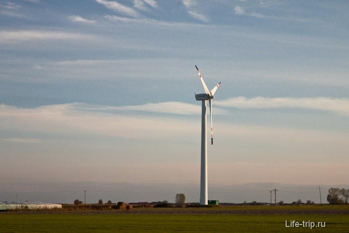 Уже в Польше вдоль дорог начали встречаться признаки  развитой цивилизации - альтернативные источники энергии
