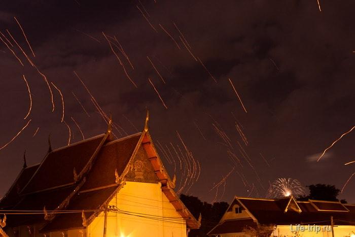 Фонари курсируют по черном небу