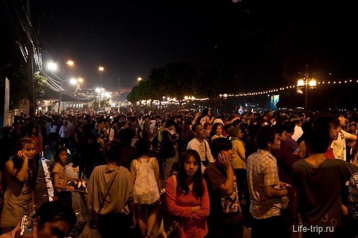 Весь Чианг Май собрался на набережной