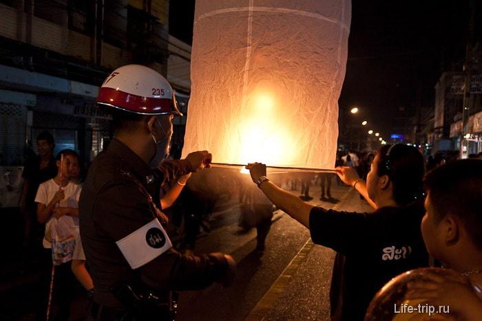 Полицейские помогают правильно запускать фонари