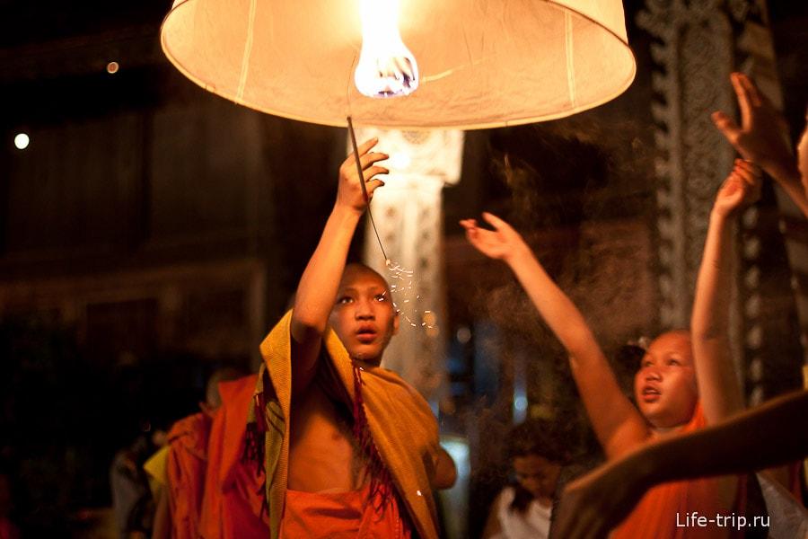 Ребятишки запускают фонари в небо - Лой Кратонг и Йи пенг фестиваль