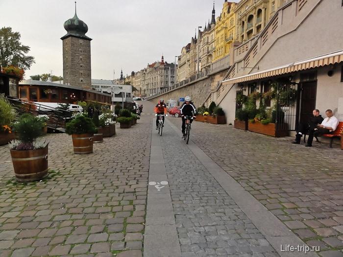 Вдоль набережной реки Влтавы в Праге идут велодорожки