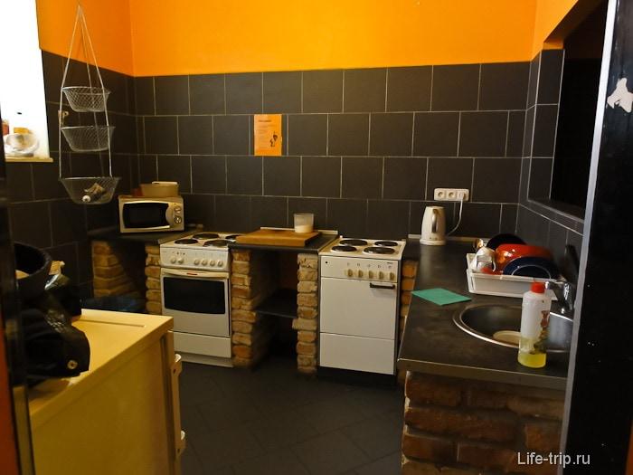 Одна из кухонь в нашем хостеле в Праге