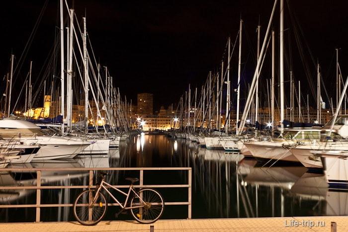 Ночной берег Средиземного моря, город Марсель
