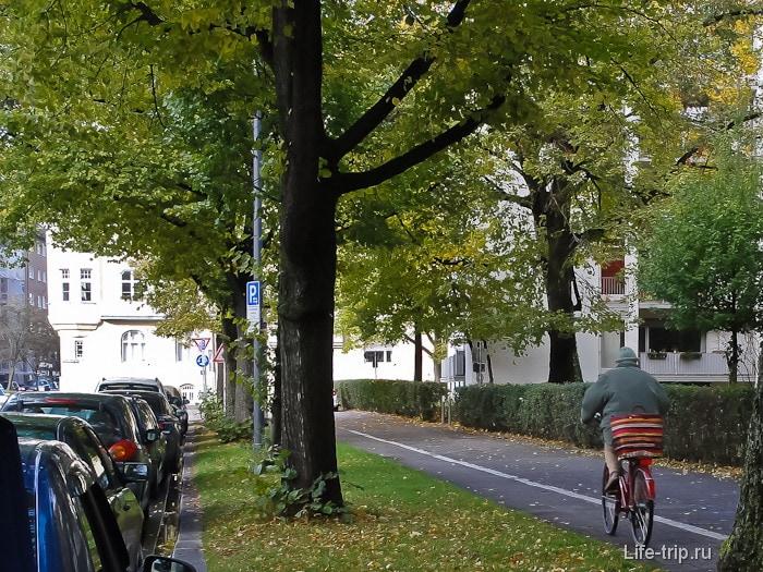 Велодорожки в Мюнхене вдоль каждого тротуара