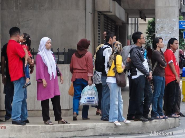 Мусульмане на улицах города Куала-Лумпур