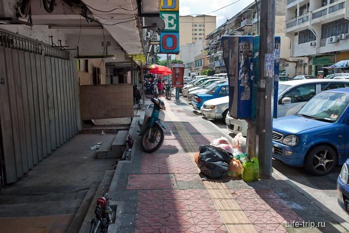 Иногда тротуары заставлены, как в Таиланде