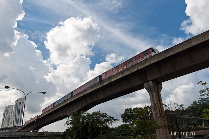 Метро в Куала-Лумпур под небесами
