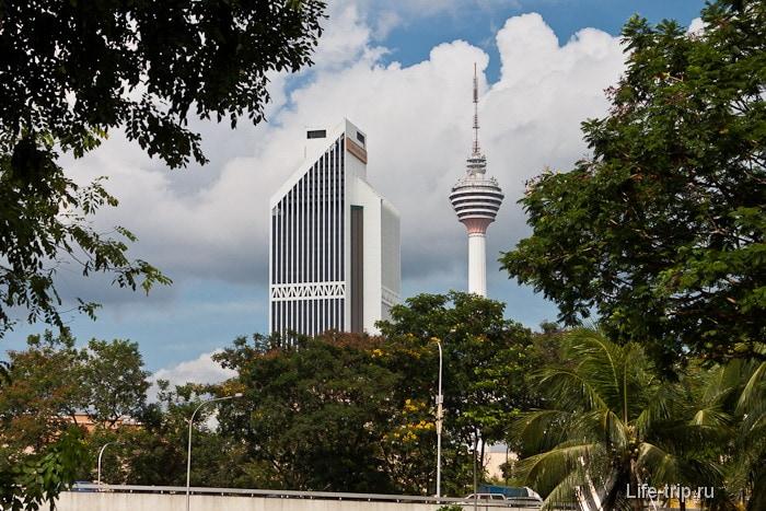 На горизонте телевизионная башня Menara