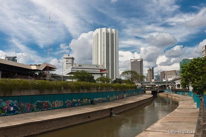 Вдоль реки полно граффити