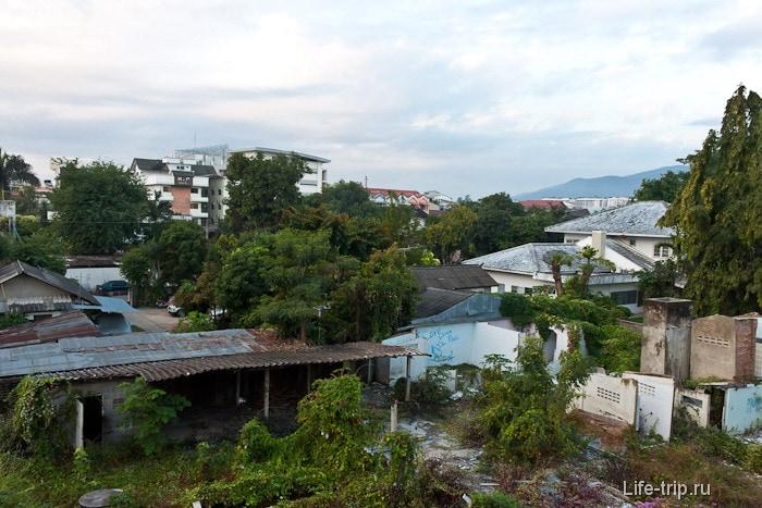Шикарный вид из окна на частный сектор и на кусок Doi Suthep