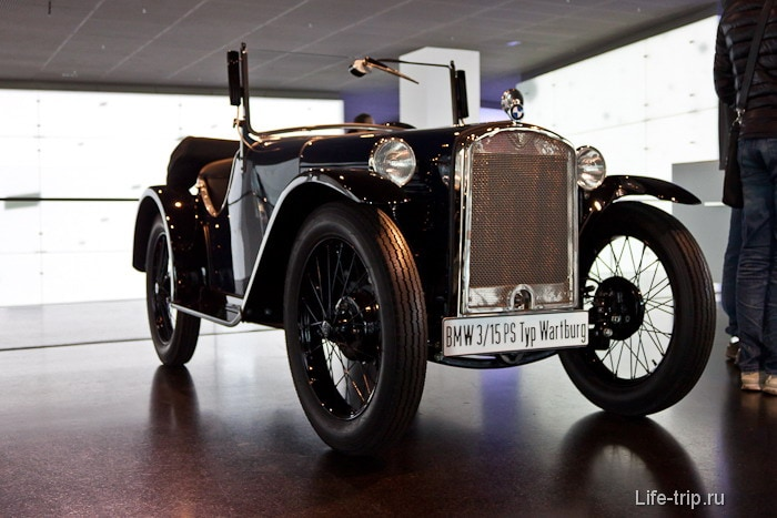 Музей БМВ - машины при входе