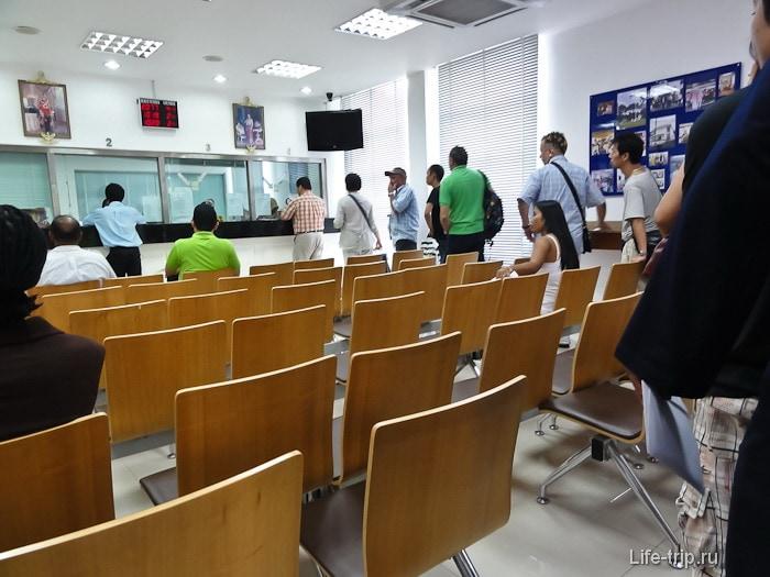 Внутри консульства Таиланда - ждем очереди