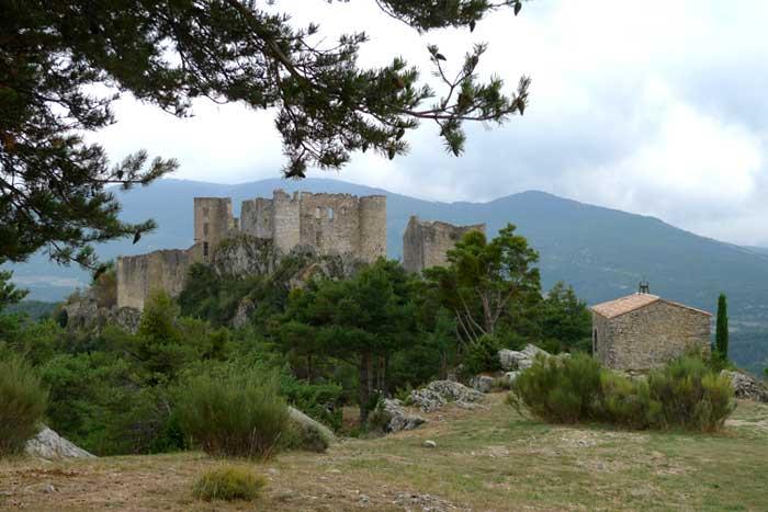 Руины древнего замка-крепости
