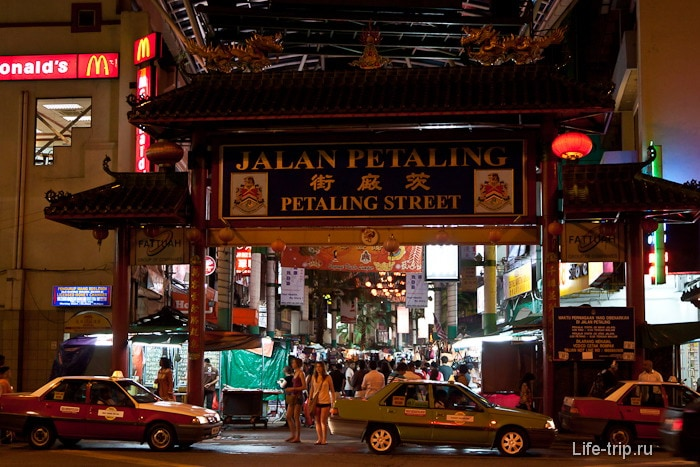 Вход на главную улицу Петалинг стрит